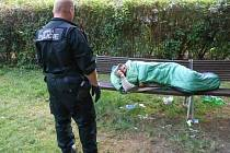 Strážníci muže probudili a donutili ho nepořádek po sobě uklidit.