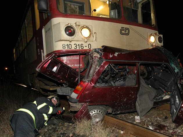 Čtyřiatřicetiletá řidička zemřela ve zdemolovaném osobním autě Renault 5 pod koly vlaku, hasiči z trosek auta vyprostili mladou dívku a vrtulník ji dopravil do nemocnice. Tak skončil v sobotu večer střet motorového vlaku s osobním automobilem na Žatecku