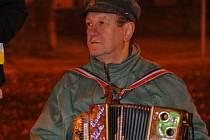 Sešlost na Bukově podpořil i akordeonista.