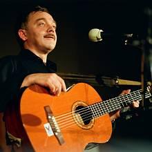 Písničkář Karel Kryl, jeho kytara, mikrofon a texty o něčem. Ústí 21. 12. 1989.