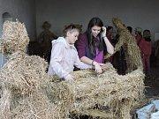 Žákyně výtvarného oboru ZUŠ Louny během přípravy slaměného betlému, který uvidí návštěvníci Českých Vánoc na statku.