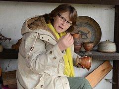 Alena Šumová sedí u pece i třináct hodin. Výpal dodává výrobkům přírodní vzhled.