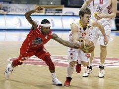 Jednou z posil ústeckých basketbalistů je americký rozehrávač Showron Glover (na snímku vlevo). Kdysi hrál i za Chomutov.