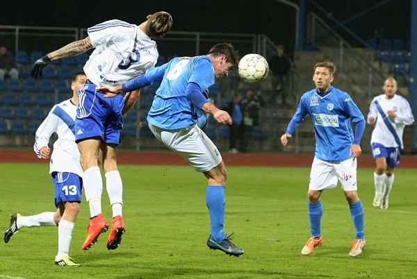 Ústečtí fotbalisté (modré dresy) doma prohráli sFrýdkem-Místkem 2:3.