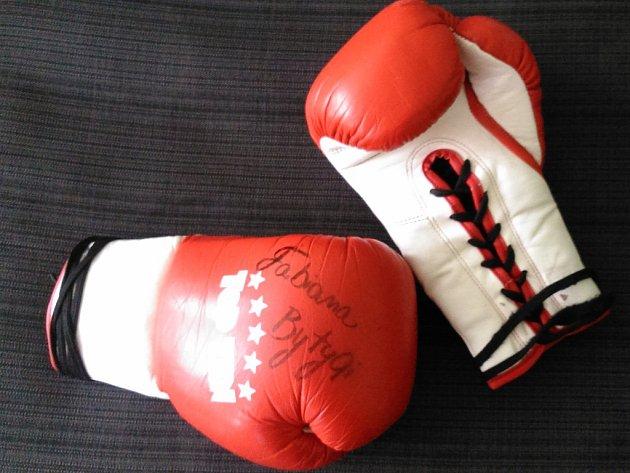 Zápasové rukavice boxerky Fabiany Bytyqi.