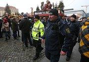 Vánoční trhy v Drážďanech střeží němečtí policisté společně s českými. Ve společných hlídkách procházejí o víkendech přímo tržnici.