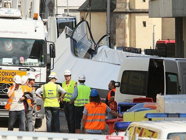 Utržený eskalátor zranil na stavbě obchodního centra Forum dva dělníky.