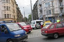 Nehoda před kruhovým objezdem na Pražačce ve čtvrtek zablokovala dopravu.