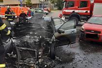 Požár auta na parkovišti u nemocnice v Ústí nad Labem