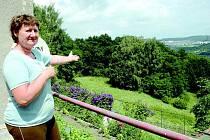 Jana Bendová ukazuje na louku plnou náletových travin, z níž si přinesla už dvakrát nebezpečenou boreliózu.
