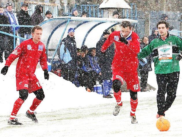 Ústečtí fotbalisté (červení) porazili v generálce na start jarní části 2. ligy Chomutov 4:1.
