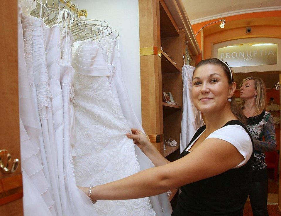 Zuzana Fleklová na zkoušce svatebních šatů.