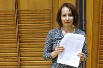 Učitelka Jitka Löblová ukazuje  petiční arch podepsaný pedagogy a rodiči dětí.