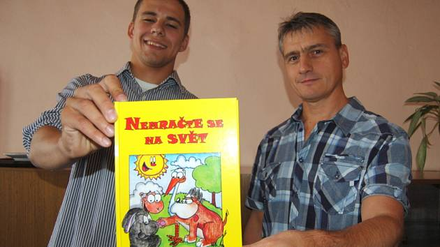 Kreslíř Martin Bruzl (vlevo) a autor básniček Jiří Bartoš se svou novou knížkou.