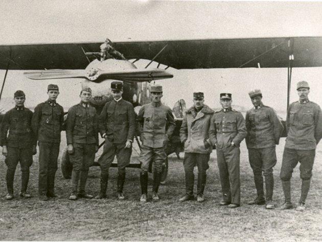ROTA FLIK 61J. Snímek z března 1918, pátý zprva je nadporučík Ernst Stroschneider, krátce před svou tragickou smrtí.