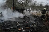 Hasiči ráno likvidovali požár chatky v Chabařovicích.