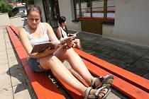 Čtenářům jsou k dispozici nové lavice na parkánech v zadní části budovy všeobecné studovny