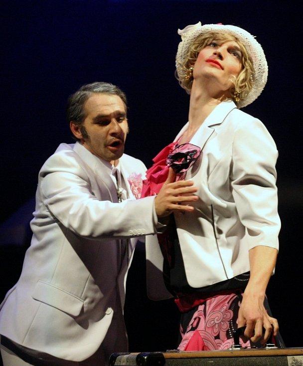 Na premiéru gangsterské hudební komedie Někdo to rád..., zve Severočeské divadlo.