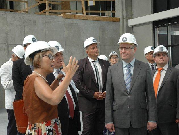 Premiér Bohuslav Sobotka (vpravo) včera přijel na návštěvu Ústeckého kraje. Navštívil mimo jiné stavbu technologického parku Nupharo uobce Žďárek na Ústecku.