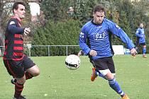 Chuderovský Jan Rohlík (vpravo) přispěl jedním gólem k výhře domácích nad Hostovicemi 3:1.