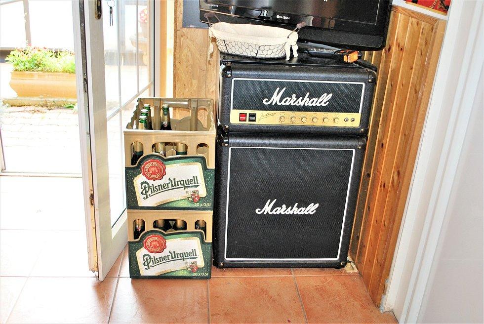 Bubeník kapely Kabát Radek Hurčík zvaný Hurvajs ve zkušebně ve svém domě v Dubí na Teplicku má zajímavé zátiší - ledničku ve tvaru zesilovače a reprobedny.