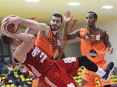 Basketbalista Marko Stevanovič (uprostřed) v dresu ústecké Slunety.