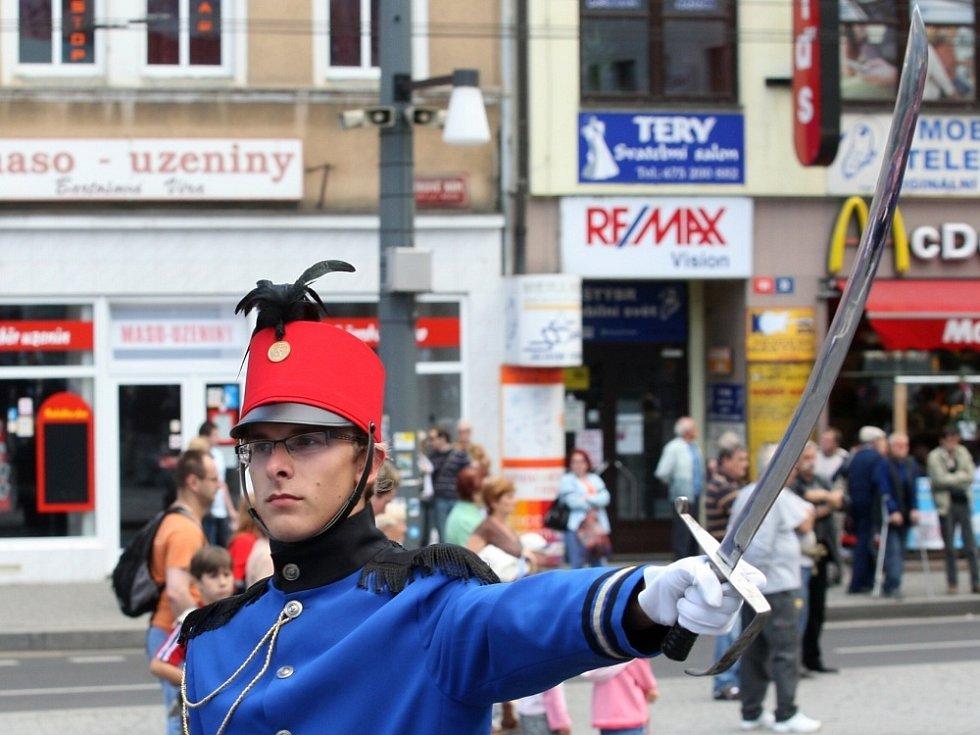 Dechové orchestry , mažoretkové formace, v čele z praporečníky z Itálie a  dětmi ústeckých škol a dětských domovů  v karnevalových maskách vyrazili z Městských sadů po Masarykovově ulici až na Mírové náměstí.