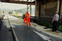 Nehoda kamionu pod železničním mostem v Ústí ochromila dopravu. Na příjezdu do města se vytvořila několika kilometrová kolona sahající až k Lovosicím.