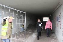 Lidé mířící pěšky ze Střekova do centra města po Benešově mostě, už nemusí využívat provizorní lávky a mohou opět využívat podchodu pod tratí.
