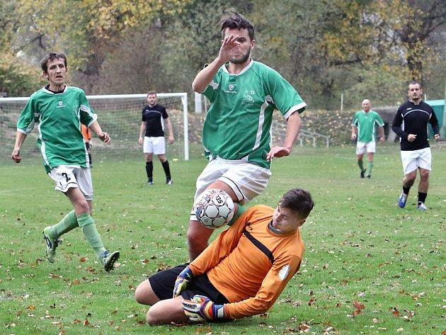 Fotbalisté Chlumce B (v bíločerném) zvítězili v důležitém utkání ve Valtířově 4:1.