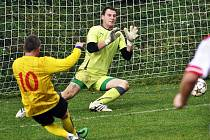 Fotbalisté Brné (žlutí) doma rozstříleli Šluknov 7:0.