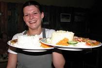 Čína z uzeného masa od Lenky Pravdové měla u strávníků velký úspěch. Na snímku servírka Petra Voženílková.