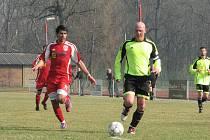 Fotbalisté Neštěmic (červené dresy) prohráli v Lovosicích vysoko 0:4.