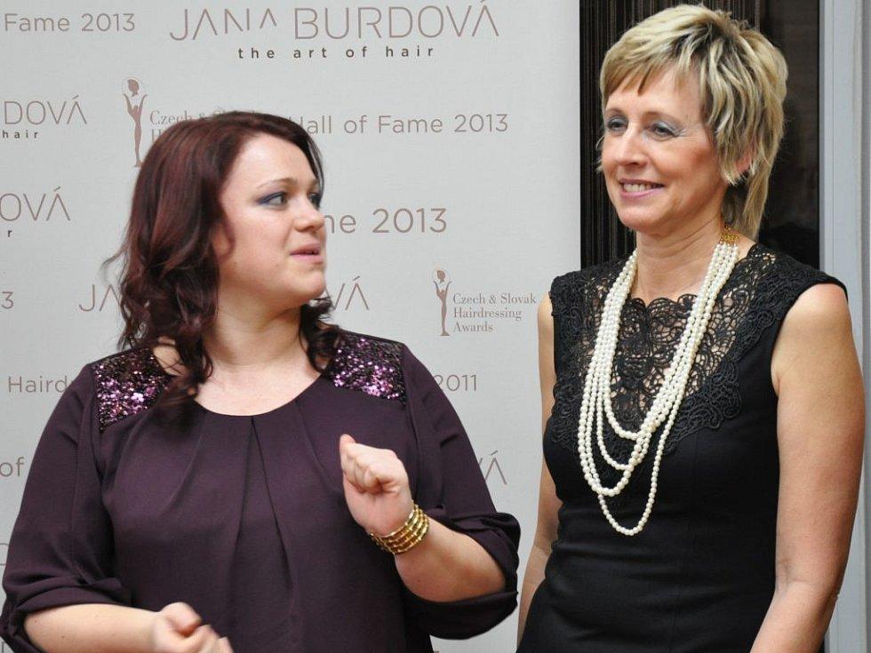 Vítězka s kadeřnicí Martinou Zralou (vlevo), která ji česala.