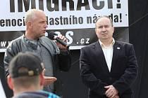 Petr Benda (vlevo) a Tomáš Vandas na nedávné demonstraci proti imigrantům v Ústí n. L.