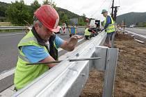 Práce na z části uzavřeném dálničním úseku u Řehlovic finišují. Po novém asfaltovém povrchu nyní dělníci osazují svodidla. Oprava pravé strany dálnice D8 u Řehlovic komplikuje dopravu mezi Teplicemi a Ústím.
