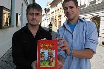 Jiří Bartoš a Martin Bruzl s knihou básniček pro děti s názvem Vtipnou kaši k snídani.