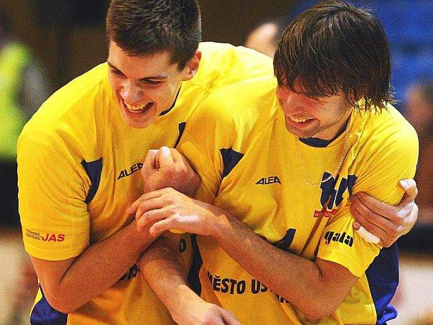BRAVO, JEN TAK DÁL! Ústečtí volejbalisté blokař Marek Beer (vlevo) a smečař Miroslav Mooz se radují během čtvrtečtního utkání ve Zlíně. Oba přispěli k nečekané výhře svého týmu 3:1 na sety.