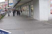 Pokroucený a popraskaný chodník před obchodním domem Labe leccos pamatuje.