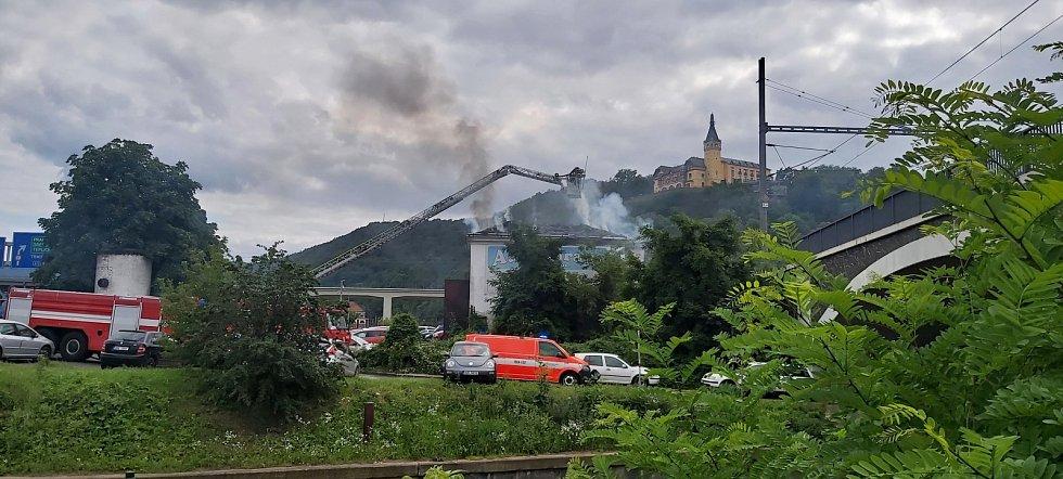 Požár bývalého autobazaru v Přístavní ulici v Ústí nad Labem