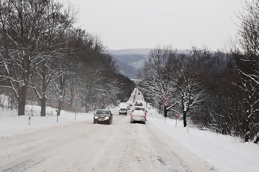 Ranní doprava v pondělí 8. února u Chlumce na trase mezi Ústím a Teplicemi