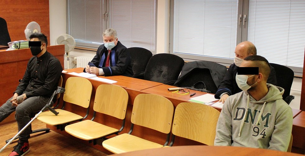Radek H. (v černém) a Patrik S. v úterý 9. února u ústeckého krajského soudu