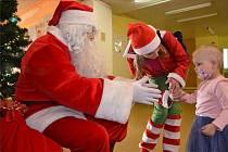 Malé pacienty navštívil Santa Claus.