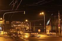 Hladina Labe se zvedala i v noci na neděli. Zaplavila Tovární ulici i důležitou křižovatku U Pěti oblouků.