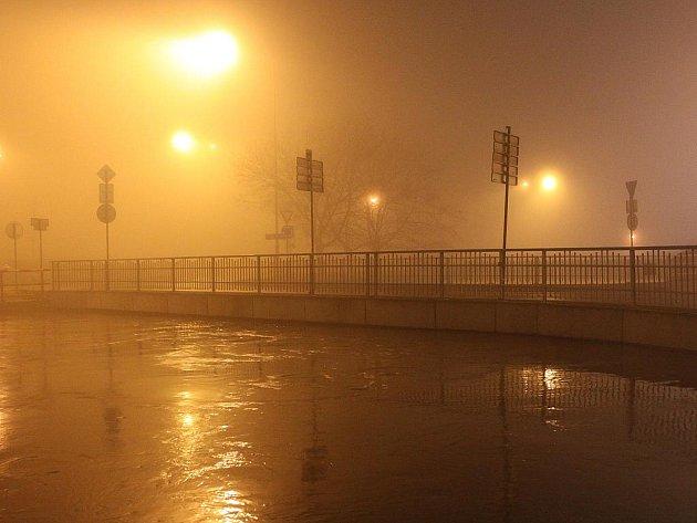 Přesto, že Bílina klesá, na soutoku s Labem zaplavuje podjezd u kruhového objezdu pod Větruší.
