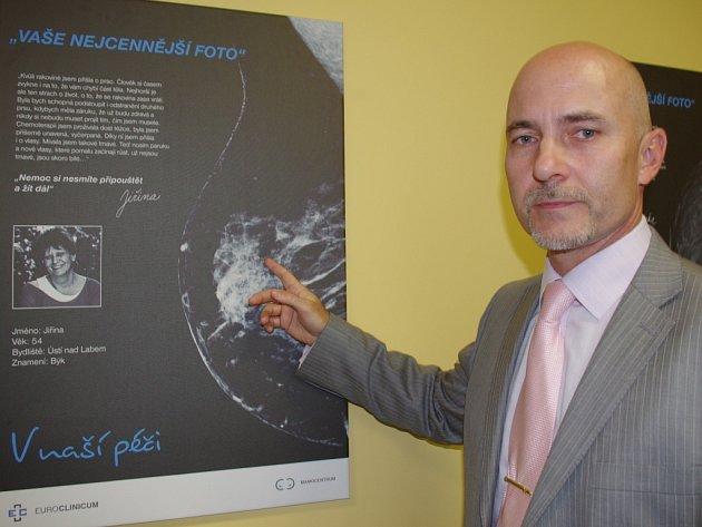 Primář Radiodiagnostické oddělení Petr Váša ukazuje na jeden z vystavovaných snímků, který u pacientky odhalil rakovinu prsu.
