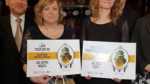 Vítězkou ankety Čtenář roku se stala Martina Brhelová (vlevo), která je zkušenou pedagožkou a vede jednu z největších speciálních škol v ČR. Je nejen vášnivou čtenářkou Severočeské vědecké knihovny v Ústí nad Labem, ale i ženou s velkým srdcem a duší.