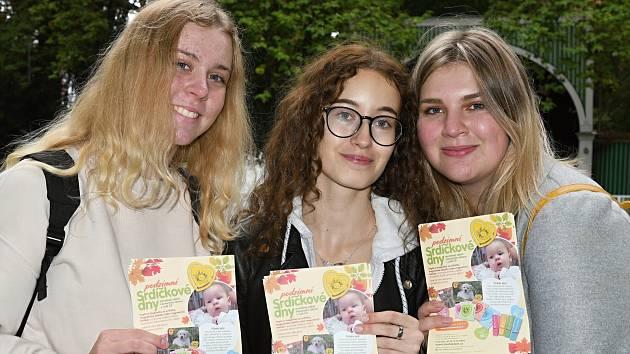 Lucie, Eva a Kateřina, studentky zdravotní školy prezentovaly podzimní Srdíčkové dny.