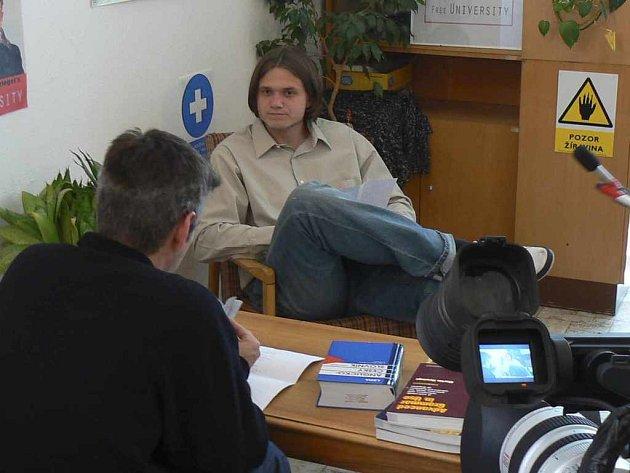 Herec Ondřej Brzobohaty v roli asistenta katedry anglistiky na UJEPu