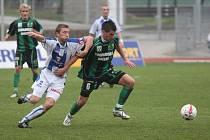 Na ústeckém fotbalovém stadiónu v sobotu přivítali fotbalisté Ústí (v bílomodrém) hráče z Baníku Sokolov.